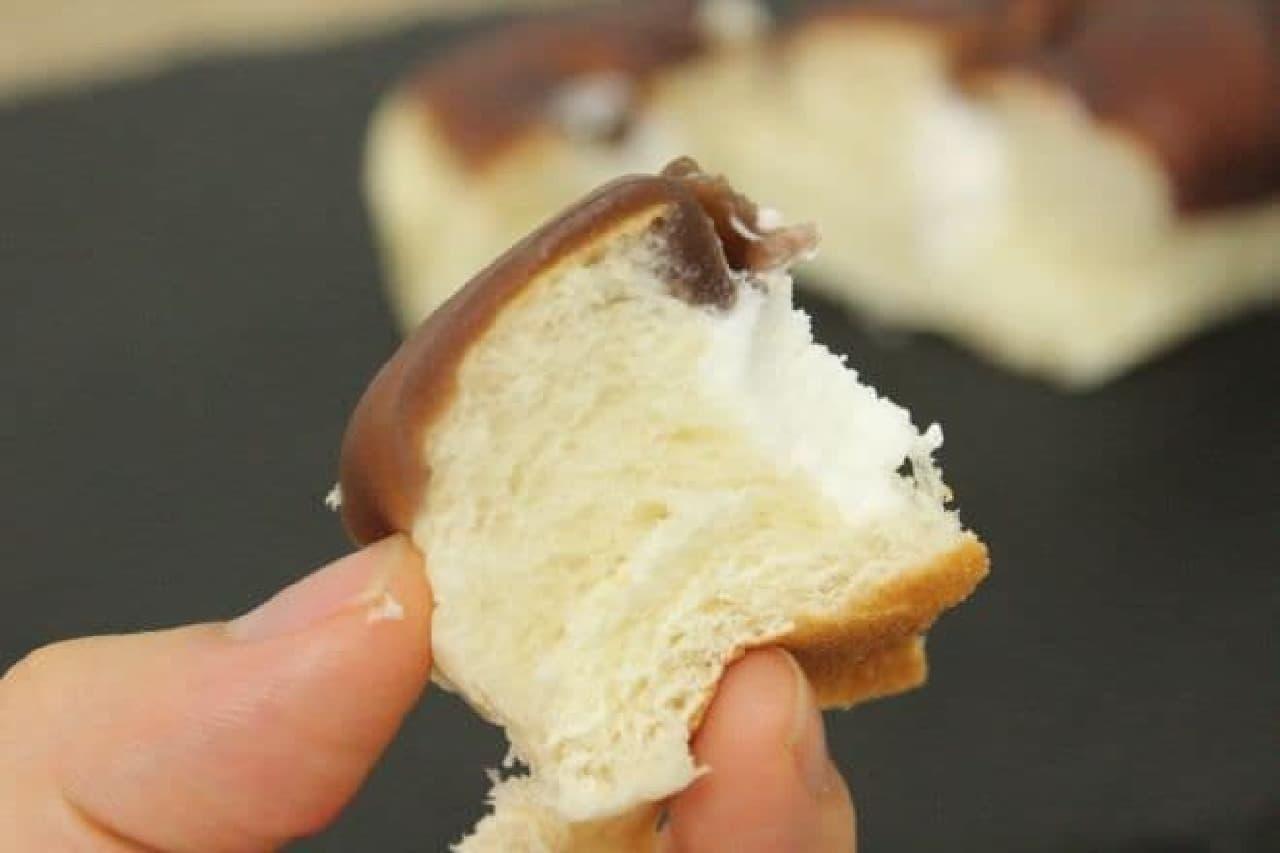 「羊羹ツイスト」は中にホイップクリームが詰まったパンを羊羹でコーティングした商品