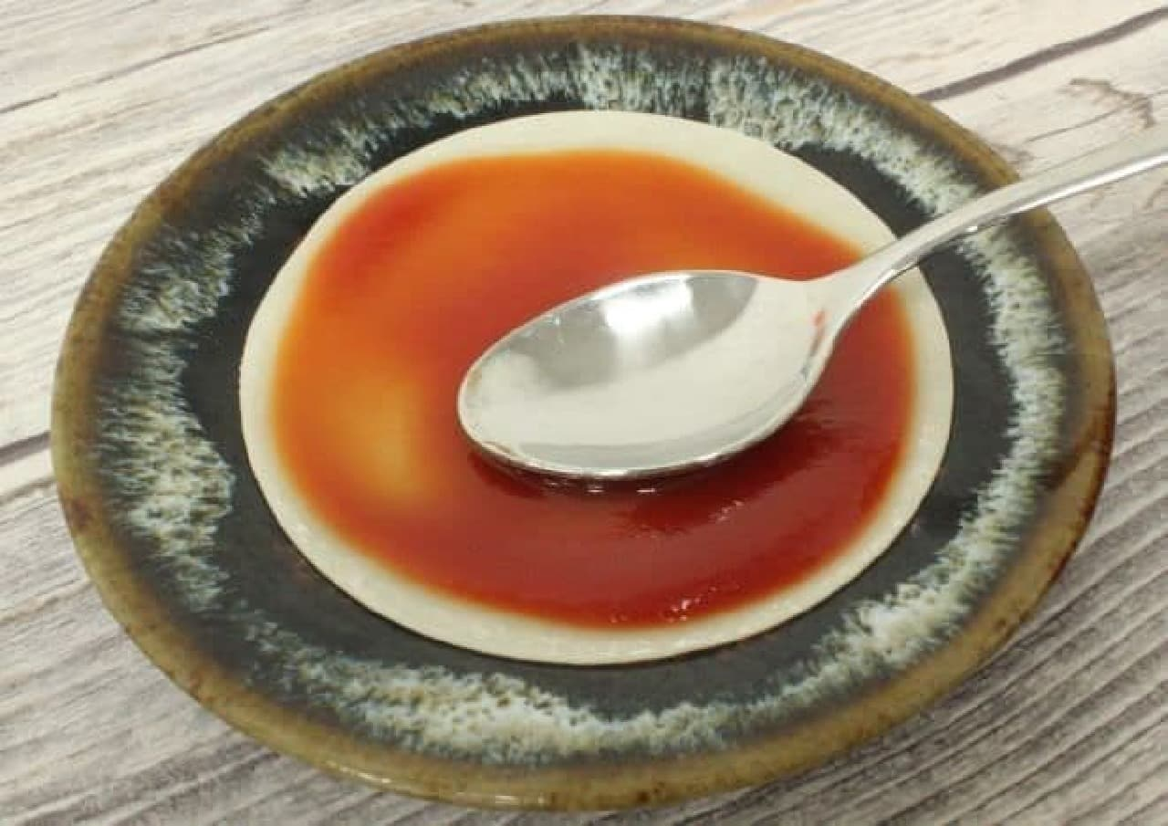 餃子の皮に円を描くようにしてケチャップを塗る