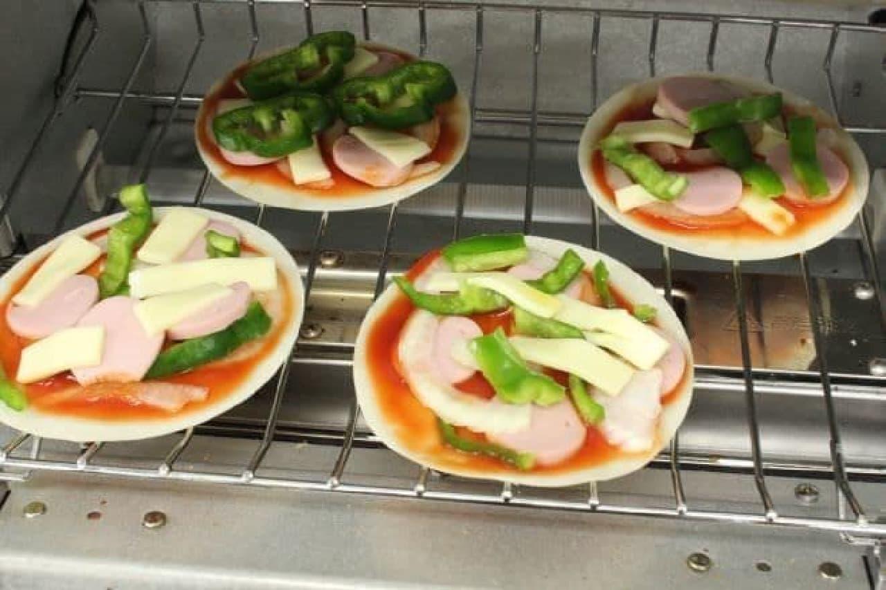 餃子の皮でつくるミニピザをトースターで焼く