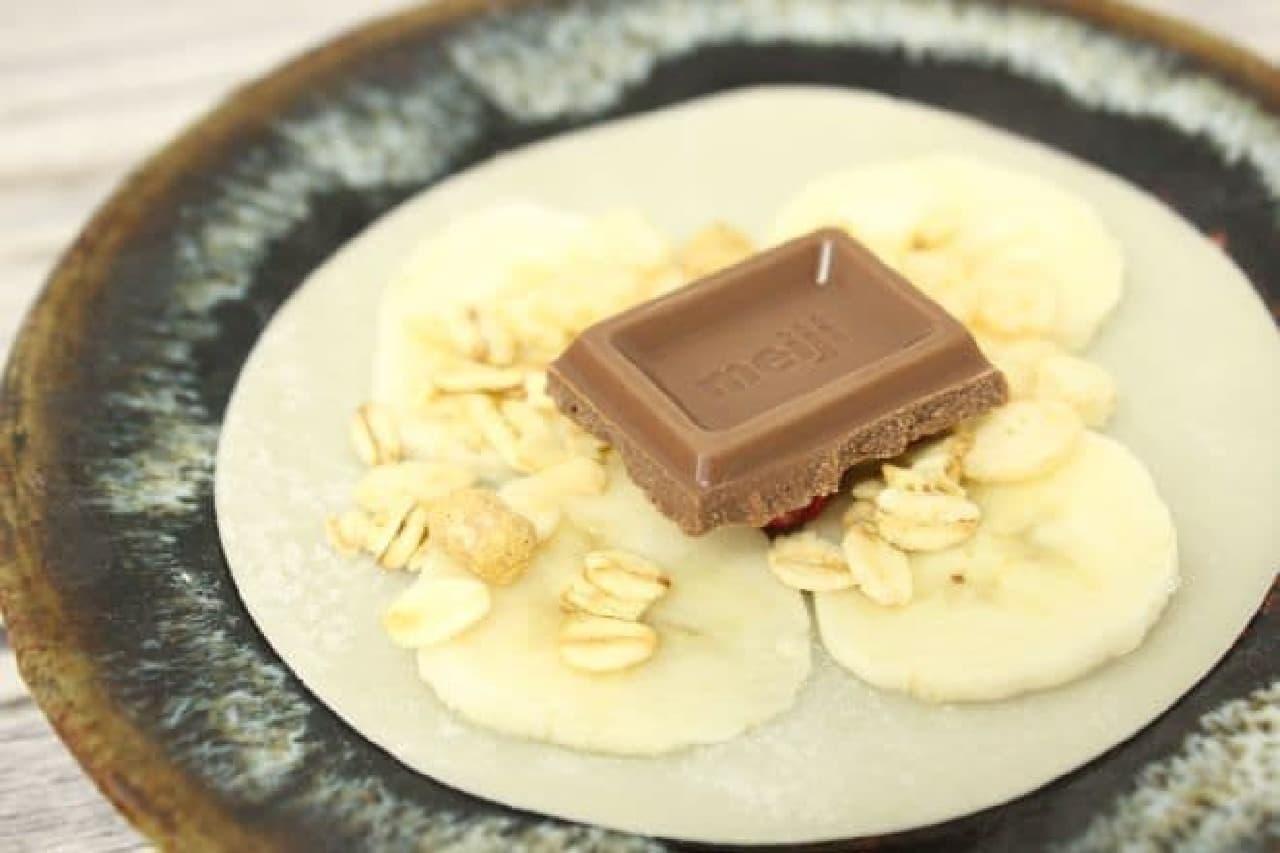 餃子の皮にバナナ、チョコ、グラノーラをのせる