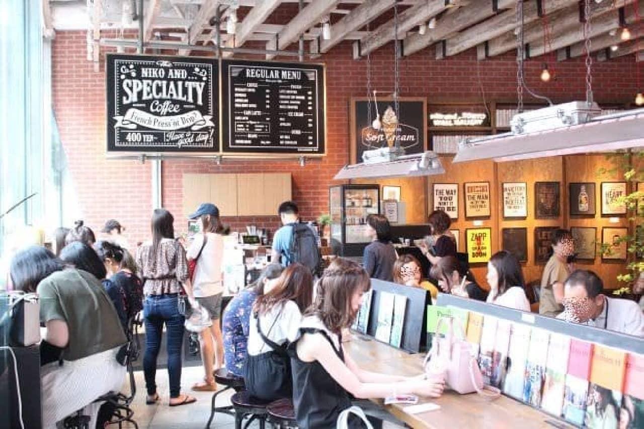 「niko and... COFFEE」では洋服やファッション小物、雑貨などが販売されている横でドリンクを楽しめる
