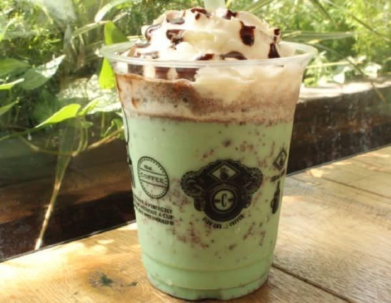 「チョコミントスムージー」はミルクベースのスムージーにペパーミントのシロップとチョコレートがミックスされた一品