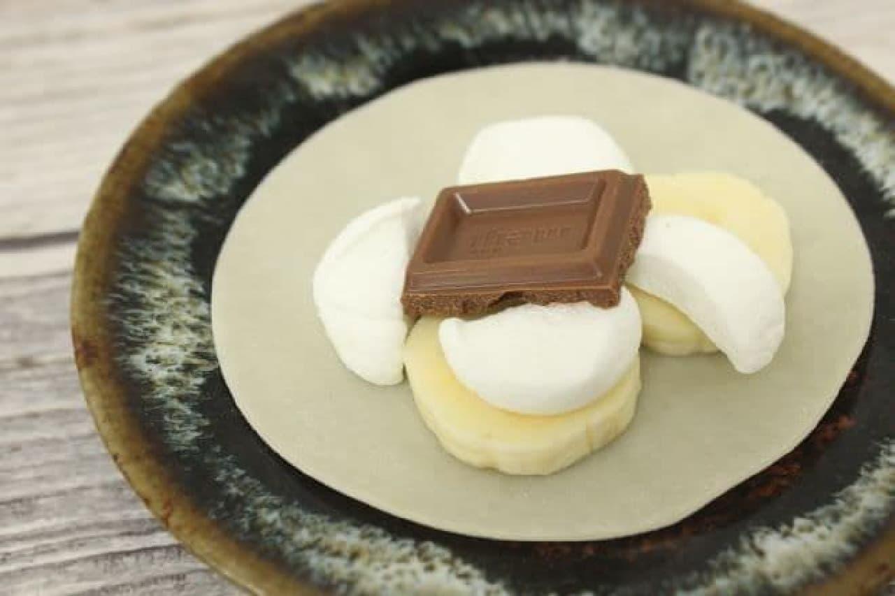 餃子の皮に、板チョコ、バナナ、マシュマロをトッピング