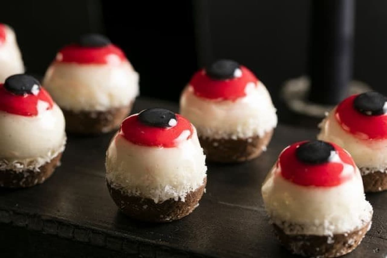 「ハロウィーン・モンスターの舞踏会」デザートブッフェで提供される「 ひと思いに食べて目玉のフロマージュブランタルト」
