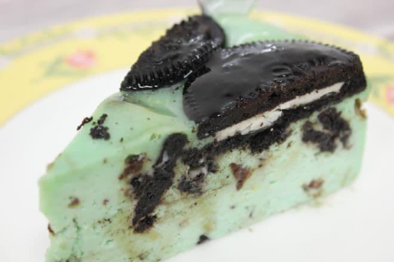 「チョコミントオレオ」は、ミントの清涼感がしっかり感じられるチョコミント風味のチーズケーキ