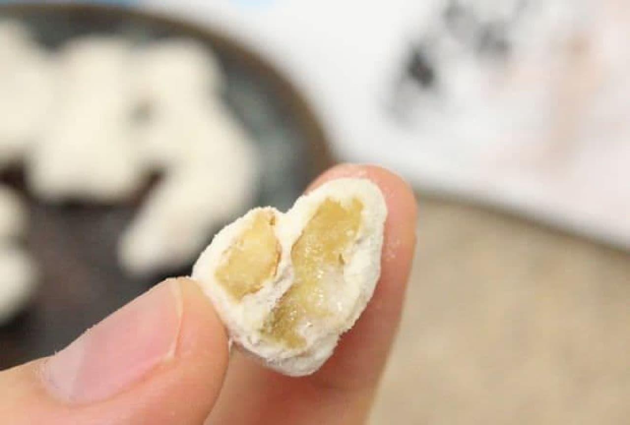 「おちちくるみ」はじっくりローストされたクルミが北海道産生乳100%全粉乳とてんさい糖で包まれているお菓子