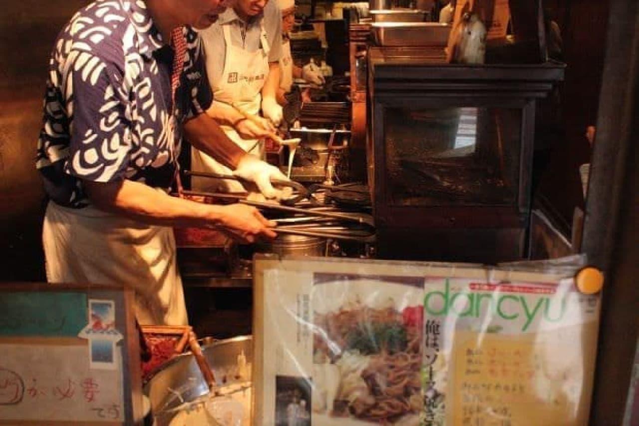「浪花家総本店」は明治42年に創業した元祖たいやき専門店で現在も手焼きを行っている