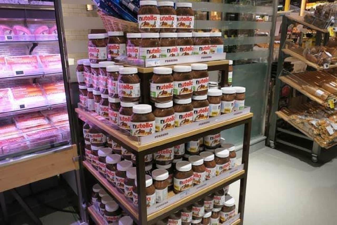 イタリアのスーパーに並ぶnutella ヌテラ
