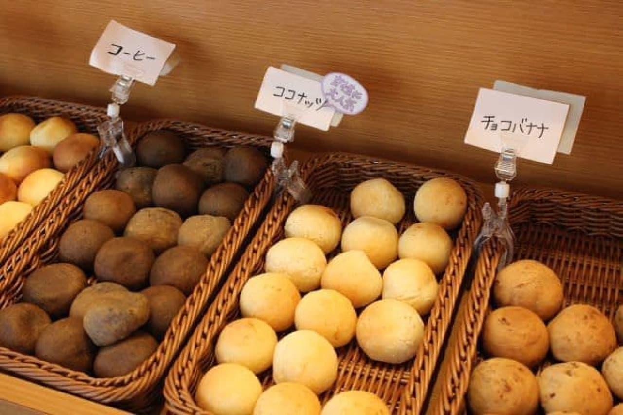 「ぽんで」は、ブラジルの家庭の味ともいわれる「ポンデケージョ」から着想を得た一口パン