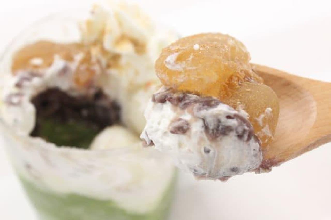 セブン-イレブンの「わらび餅&白玉ぜんざい(税込298円)」と「抹茶練乳氷(税込138円)」を組み合わせて作るスイーツ
