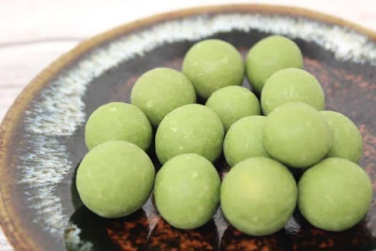 抹茶は、豆を包んだ衣のうえに宇治の抹茶がふんだんに使用された商品
