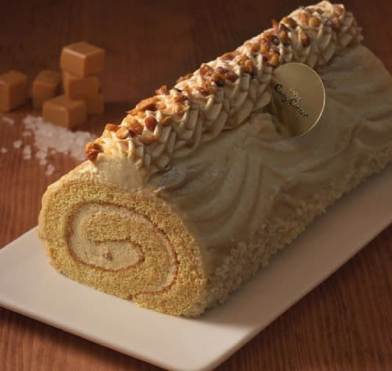「塩キャラメルロール」は粒々アーモンド入りの塩キャラメルクリームをキャラメルスポンジでまき、塩キャラメルクリームで仕上げたケーキ