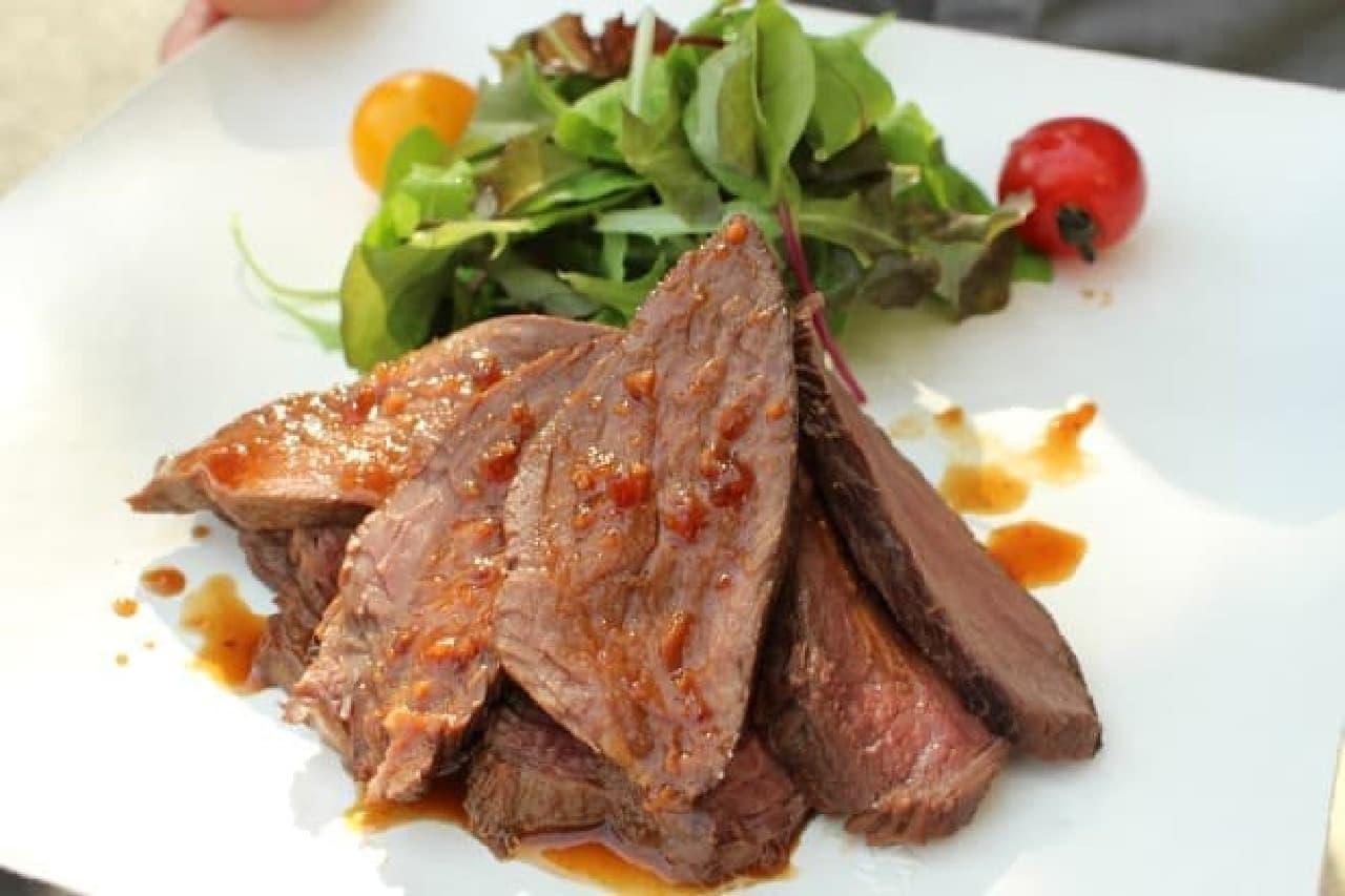 「LaBOMBANCE(ラ・ボンバンス)」が調理・監修したカンガルー肉のステーキ