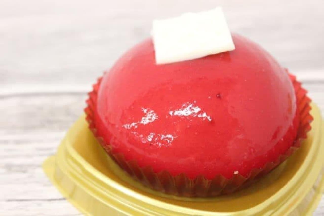 赤いムースケーキ ベリー&クレームブリュレは、ベリーとクレームブリュレの甘酸っぱいハーモニーが楽しめるケーキ