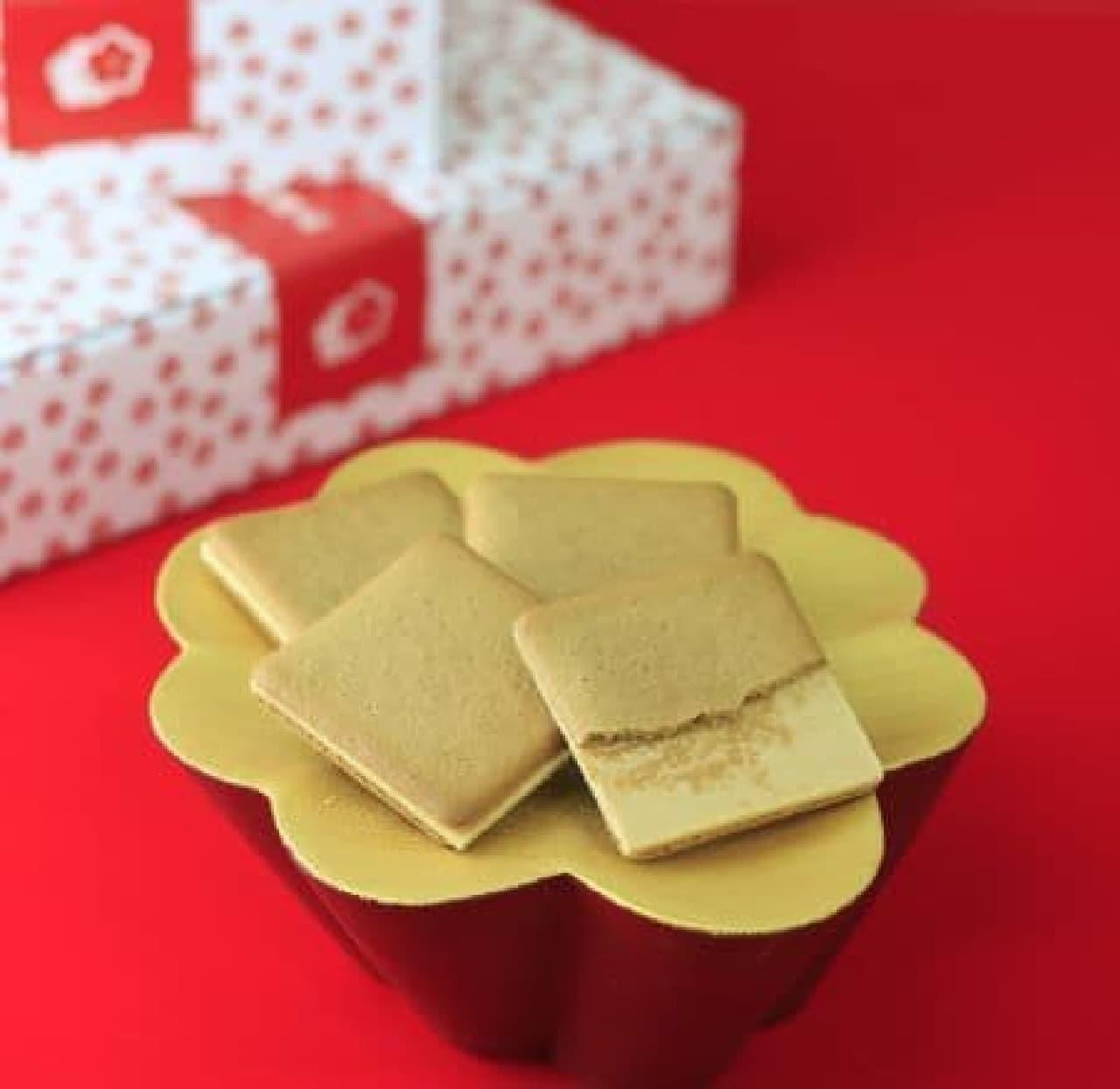 「桔梗信玄餅ビスキュイ」は黒蜜入りの生地できなこチョコをサンドした桔梗信玄餅風味のビスキュイ