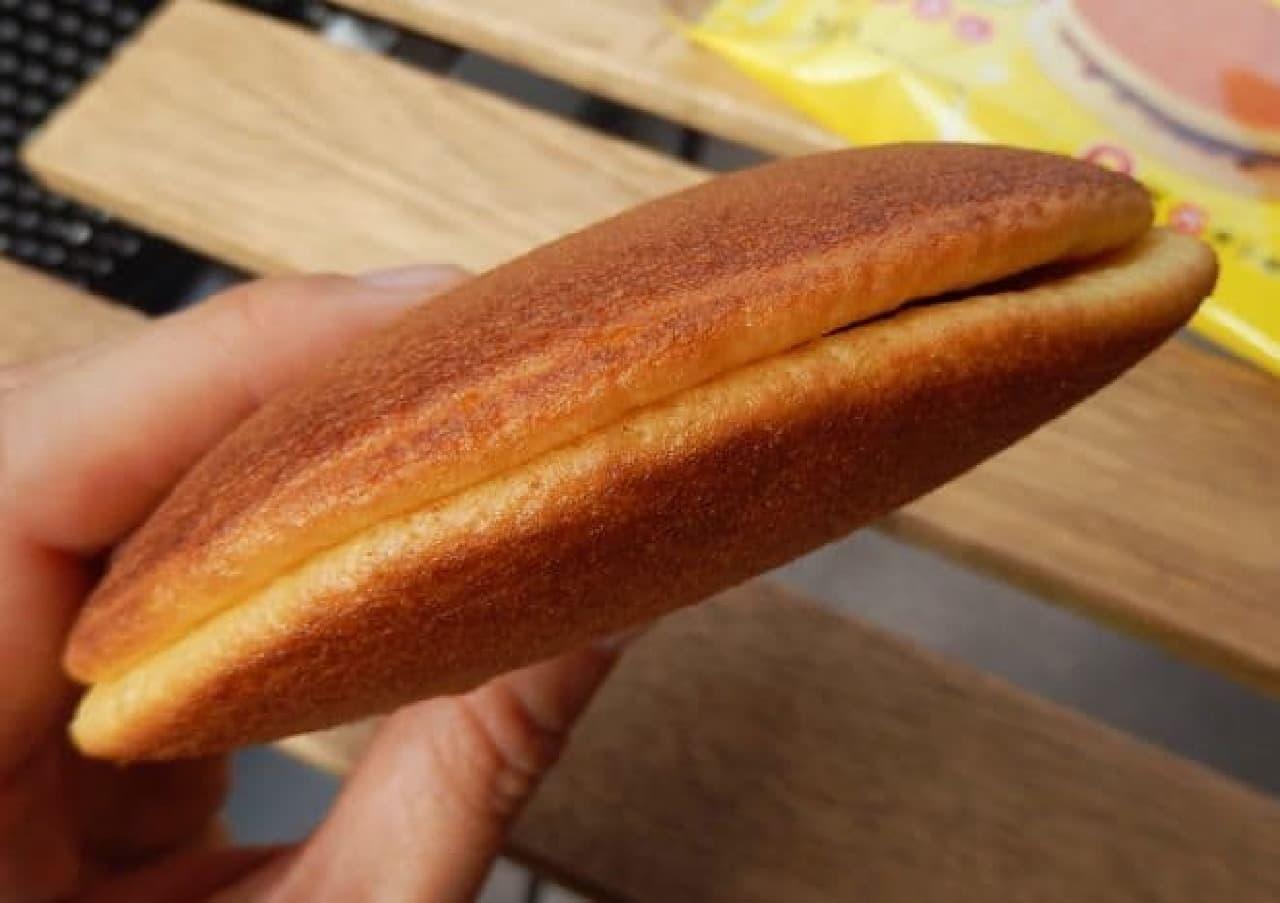 丸京製菓「パンケーキどら焼き パインアメ風味」