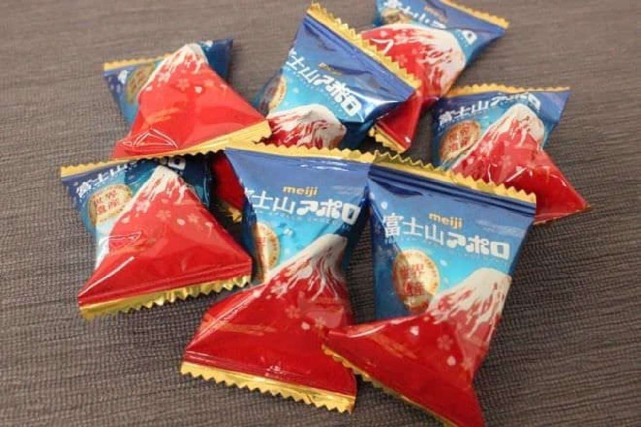 """「富士山アポロビッグ」はミルクチョコにストロベリーチョコを重ね、さらにホワイトチョコをかけて""""赤富士風に仕上げられたアポロ"""