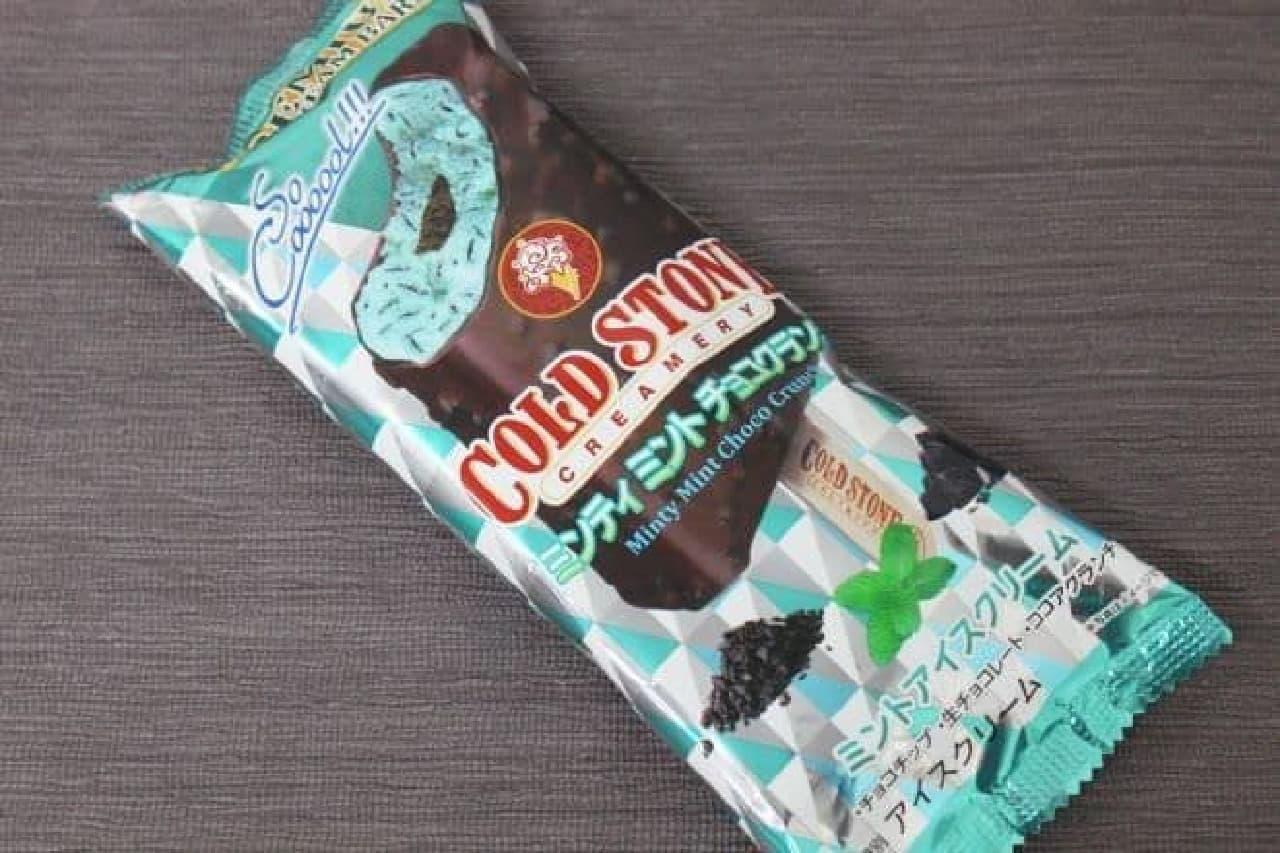 「ミンティミントチョコクランチ」は生クリームたっぷりのミントアイスクリームを、ミントの爽快感強めにアレンジしたアイスバー