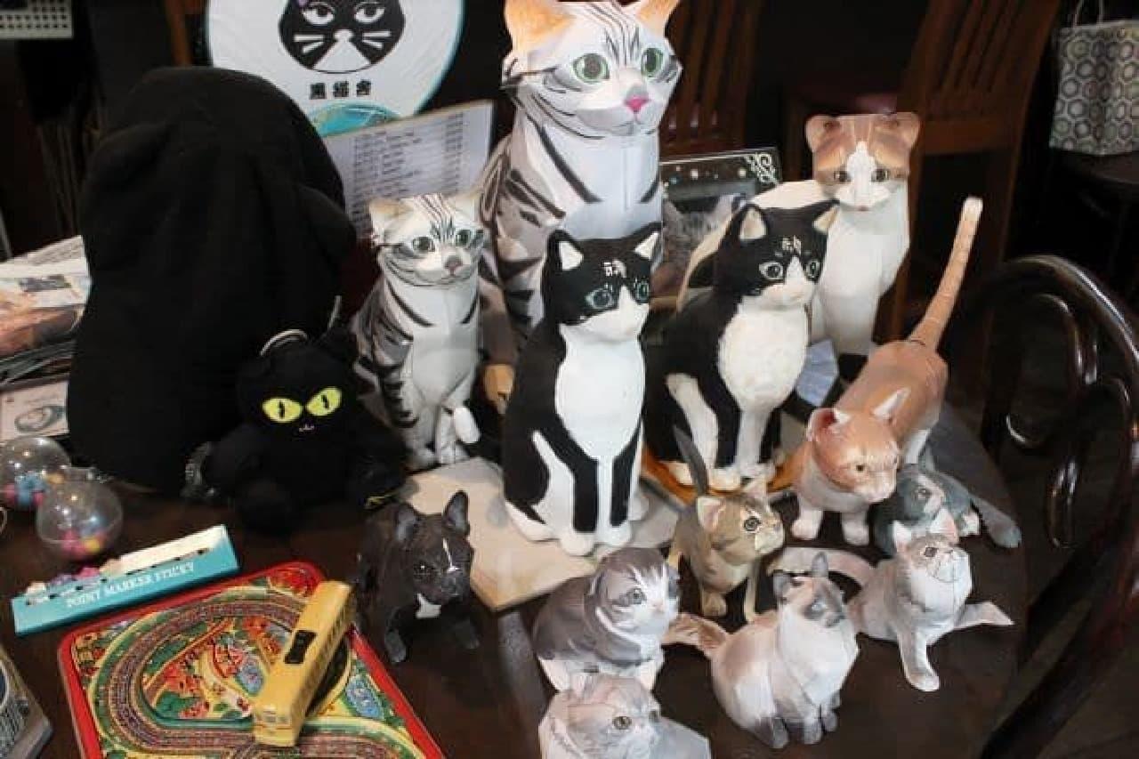 「Cafe de 黒猫舎」の店内に飾られた猫