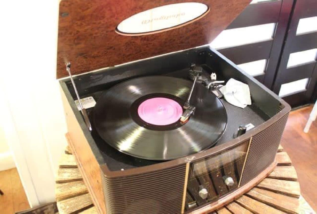 池袋「ラ・ファミーユ」の店内にあるレコードプレイヤー