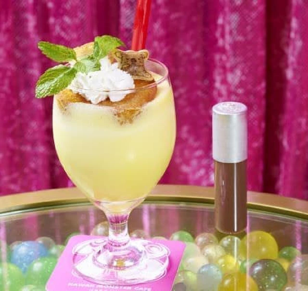 「Ghanaバナーナシェイク」は、カスタードケーキの島に「コアラのマーチ」が乗ったフレッシュバナナジュース