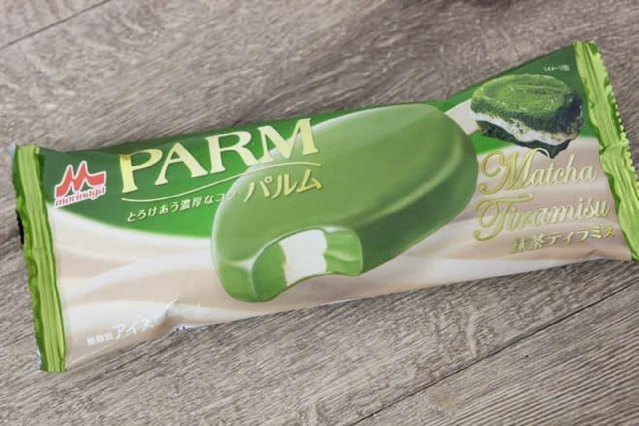 「PARM 抹茶ティラミス」は、抹茶アイスとチーズアイスをうずまき状に組み合せ、口どけの良い抹茶チョコでコーティングしたバーアイス