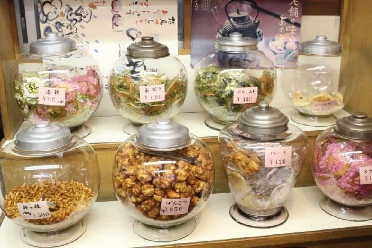 吉祥寺駅南口から徒歩4,5分の場所にある煎餅屋「花見せんべい」の内観