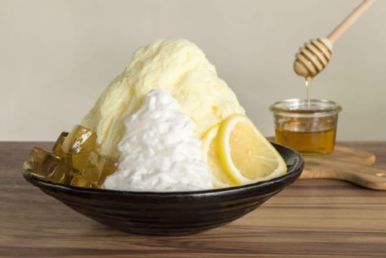 ハニーミルクかき氷はヨーグルトエスプーマとカモミールハーブゼリー、レモンスライスがトッピングされたかき氷