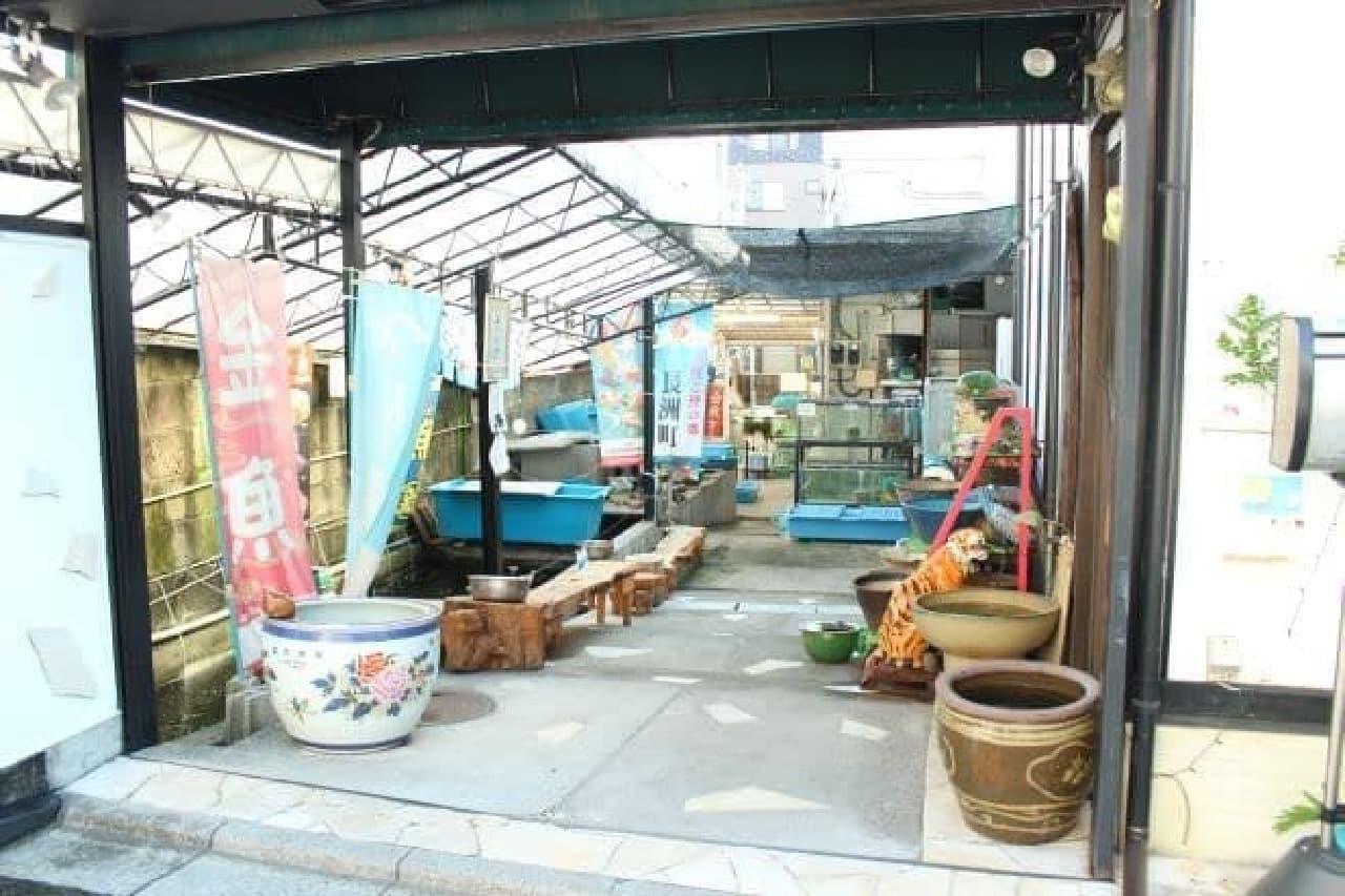 本郷三丁目にある喫茶店「金魚坂」の外観