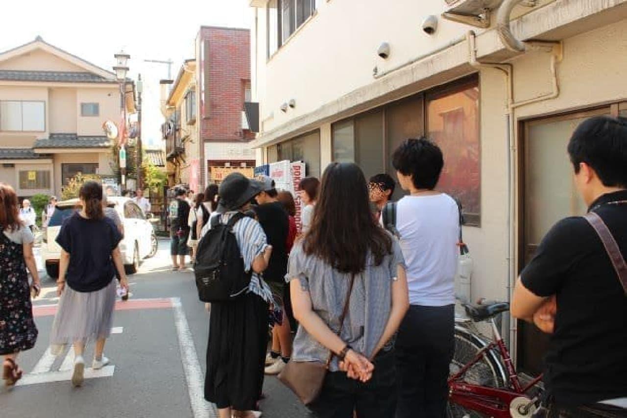 「小江戸おさつ庵」にできた行列に並ぶ
