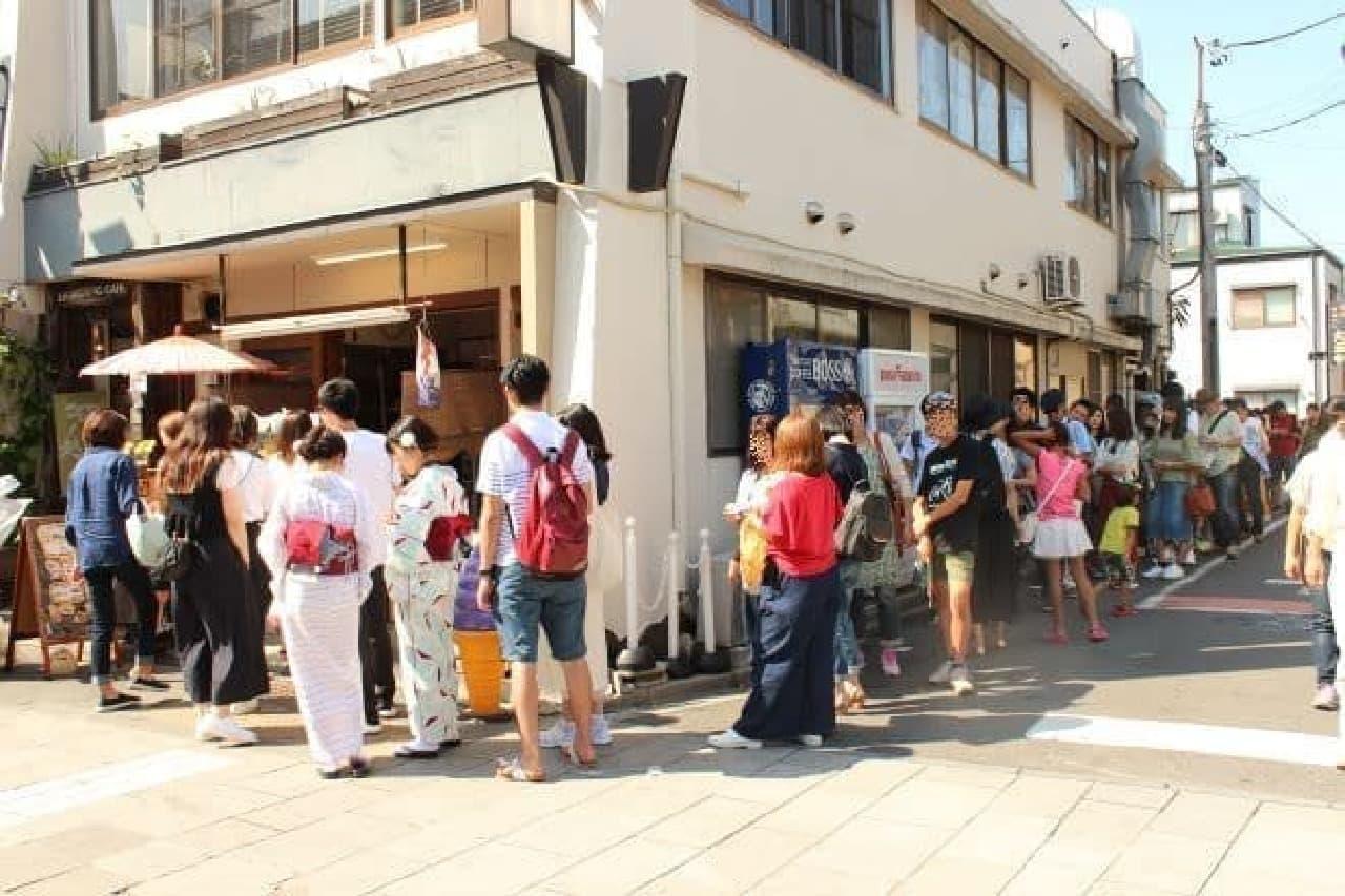 「小江戸おさつ庵」の前にできた行列