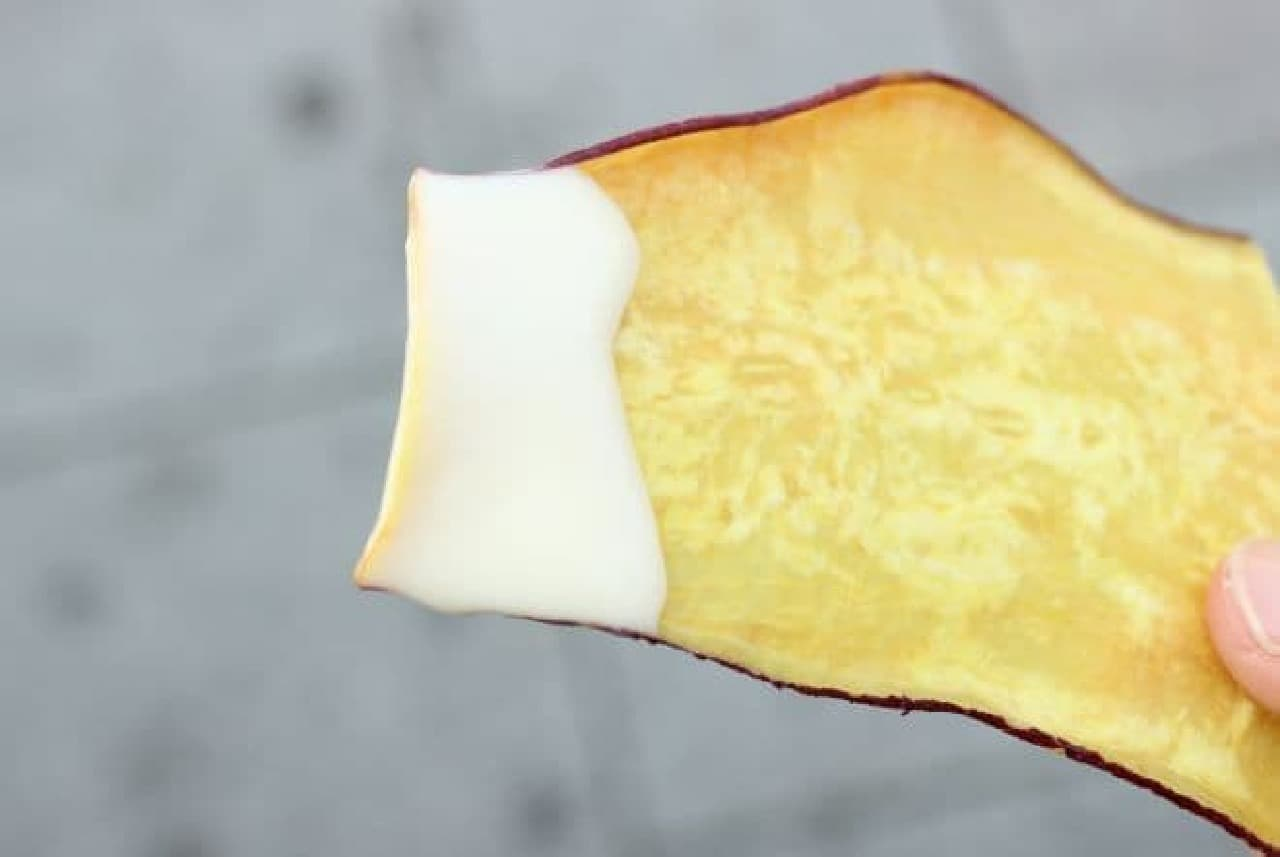「おさつチップ」にチーズソースをディップしたもの