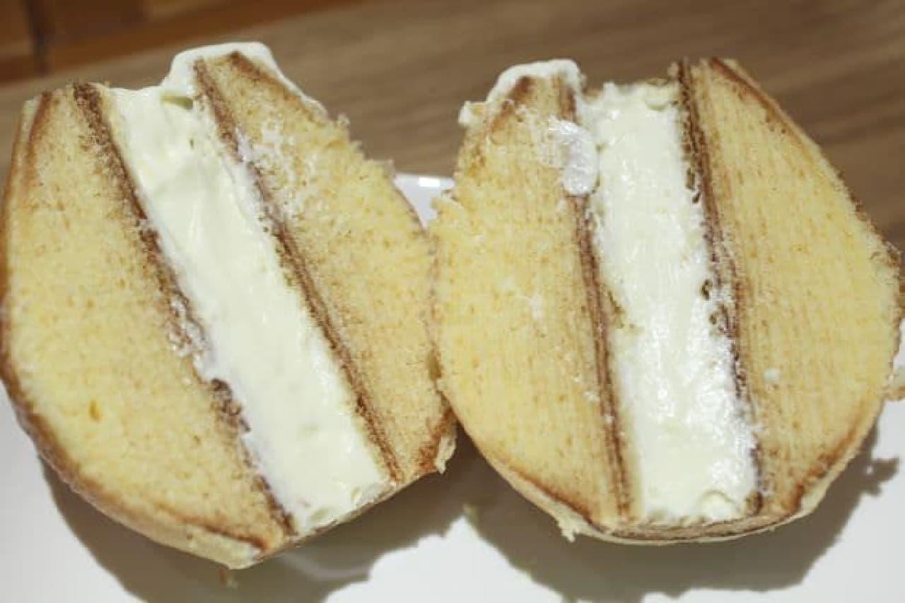 「エッグバウム」は、卵のような見た目のバウムクーヘンの中にクリームが入ったスイーツ
