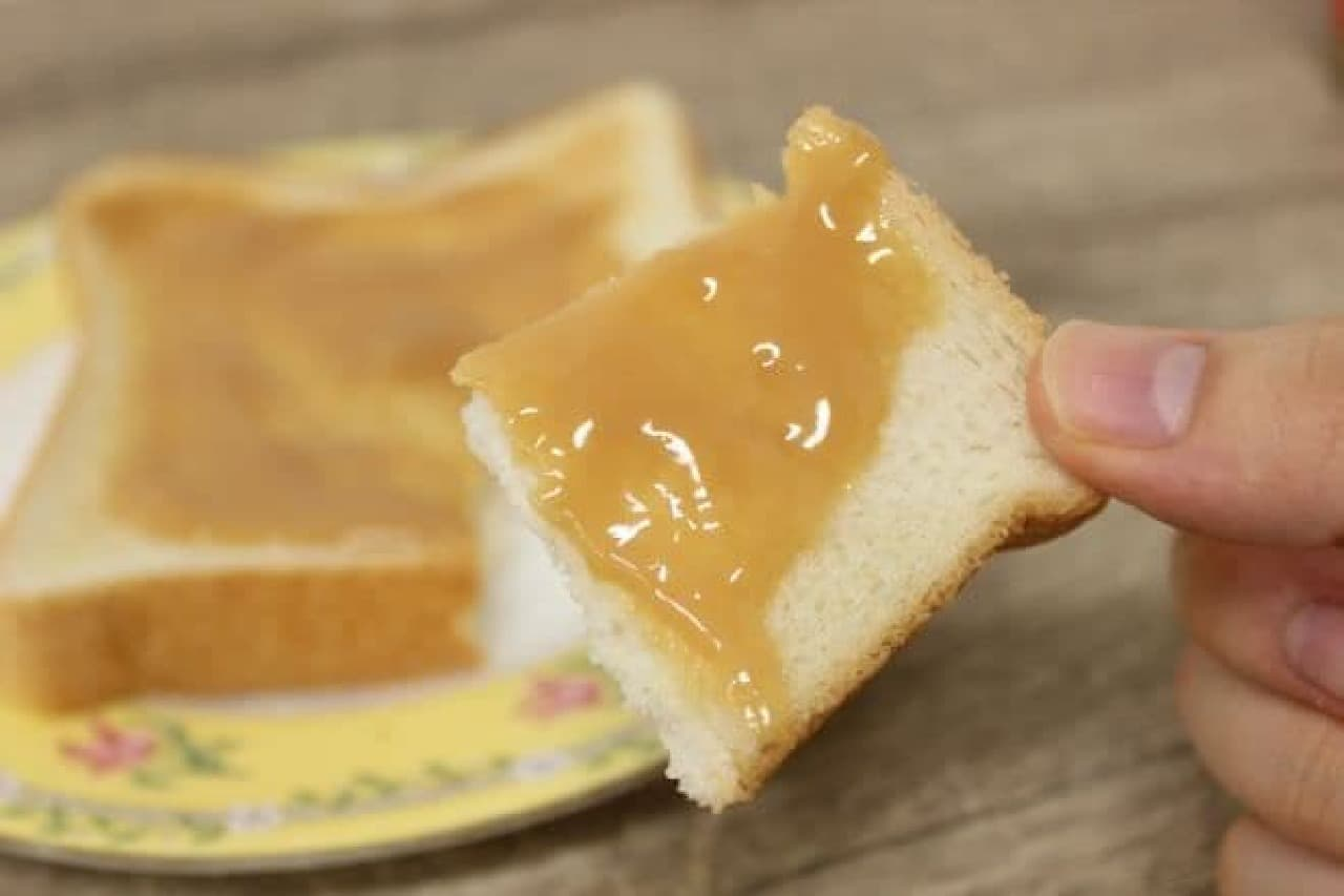 グリコから販売されている「キャラメルクリーム」を塗ったトースト