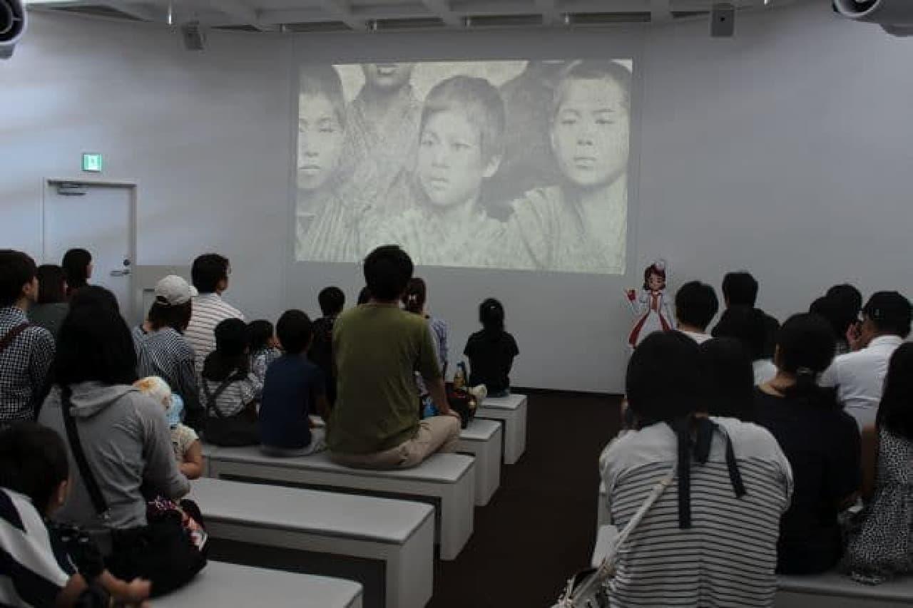「創意工夫 ~創業者 江崎利一物語~」を鑑賞する様子