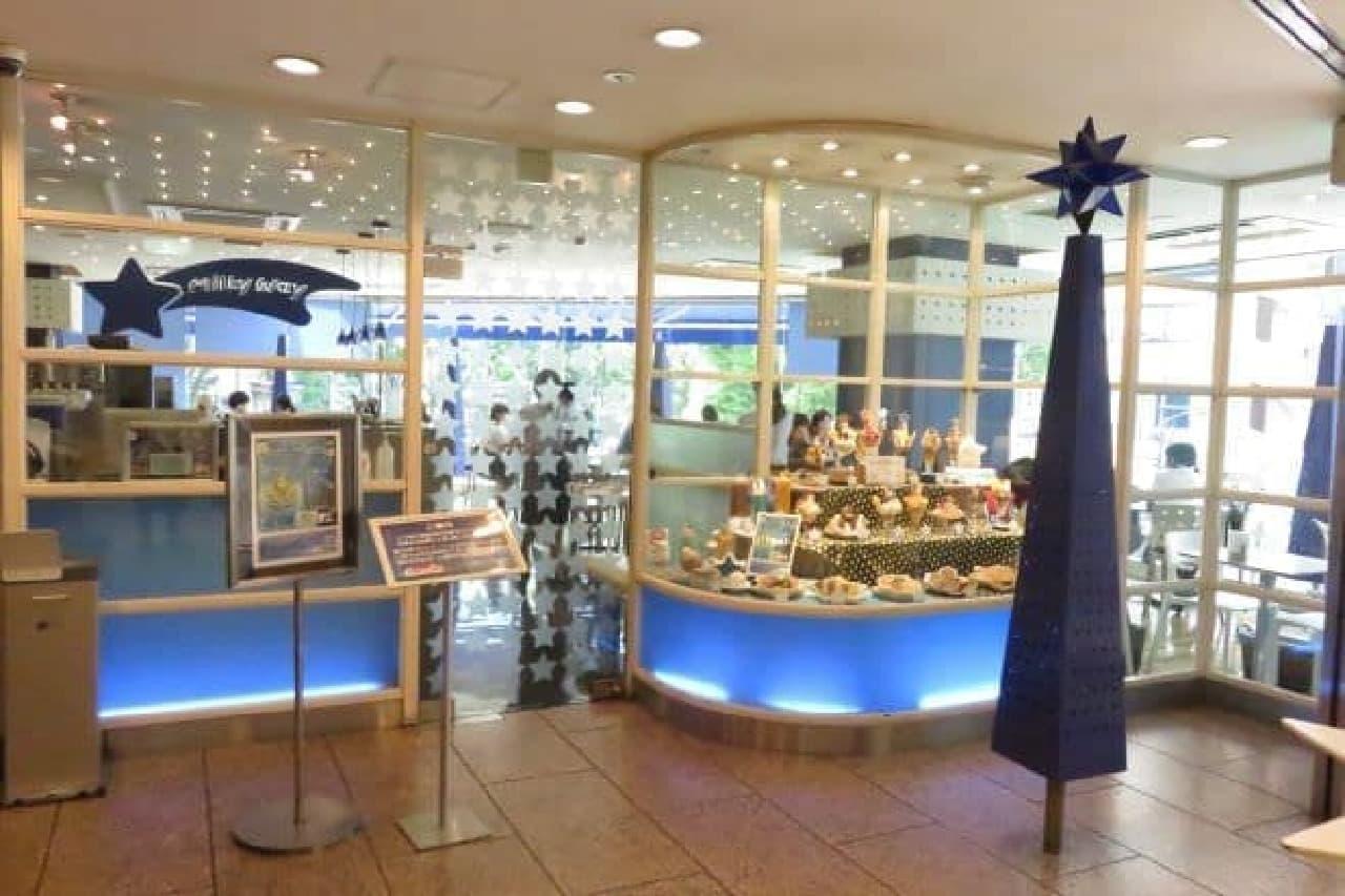 池袋・サンシャイン60通り入り口のビル2階にあるカフェ「Milky Way(ミルキーウェイ)」の外観