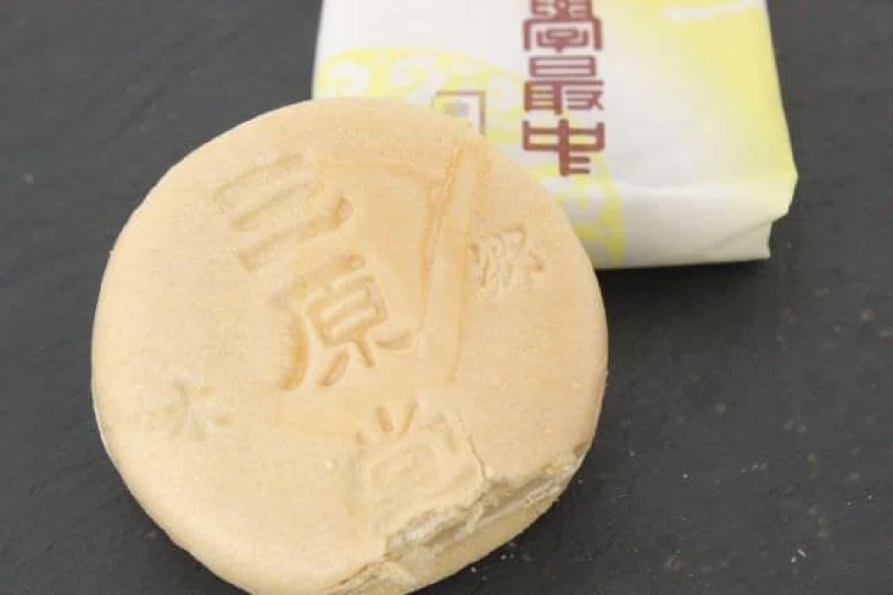 大學最中は、北海道産の小豆を使い時間をかけて煮込んだ餡が詰められた最中