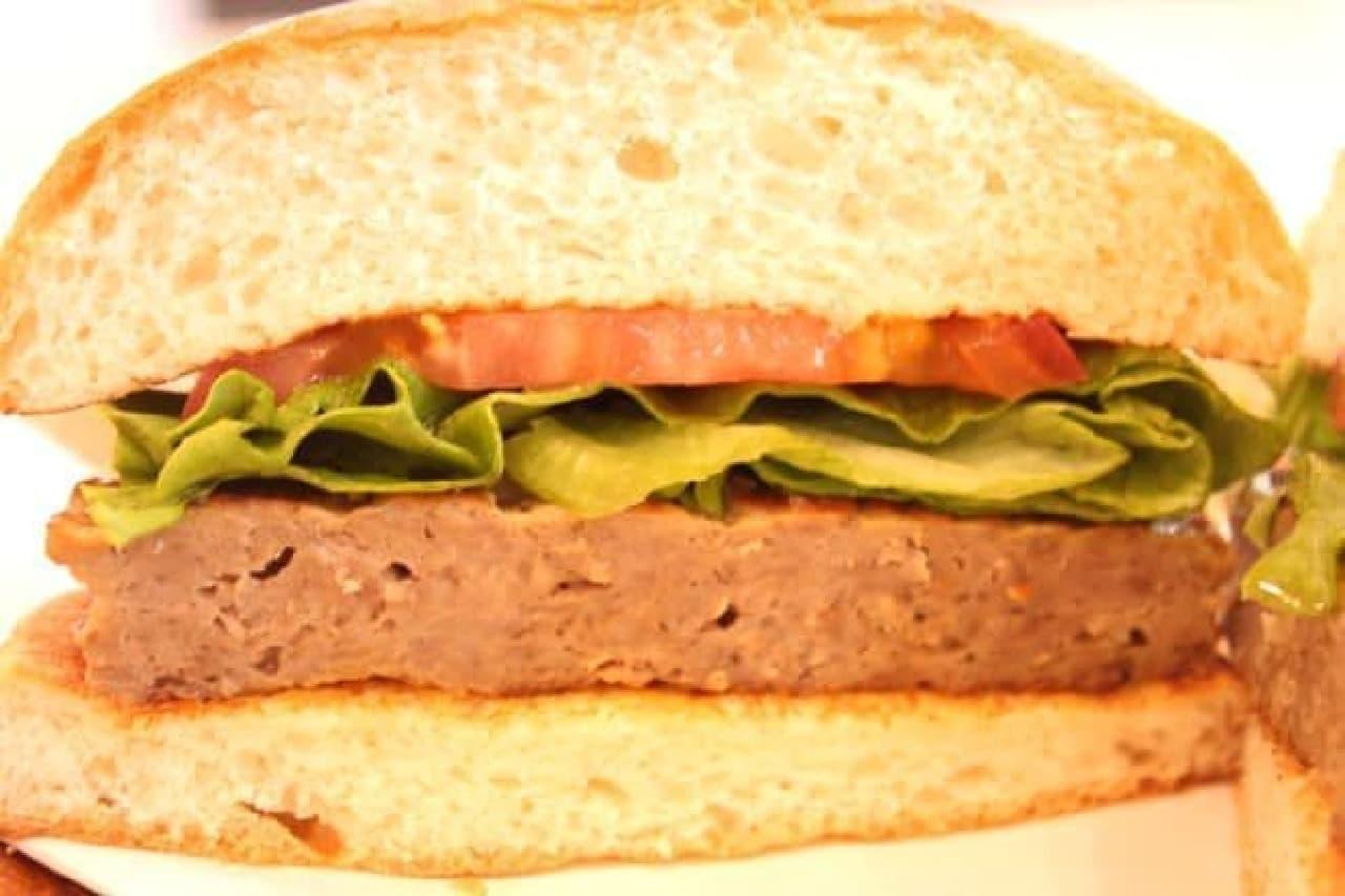「発酵熟成肉 黒毛和牛バーガー」は、パティとトマト、グリーンリーフが全粒粉の特製バンズでサンドされたバーガー