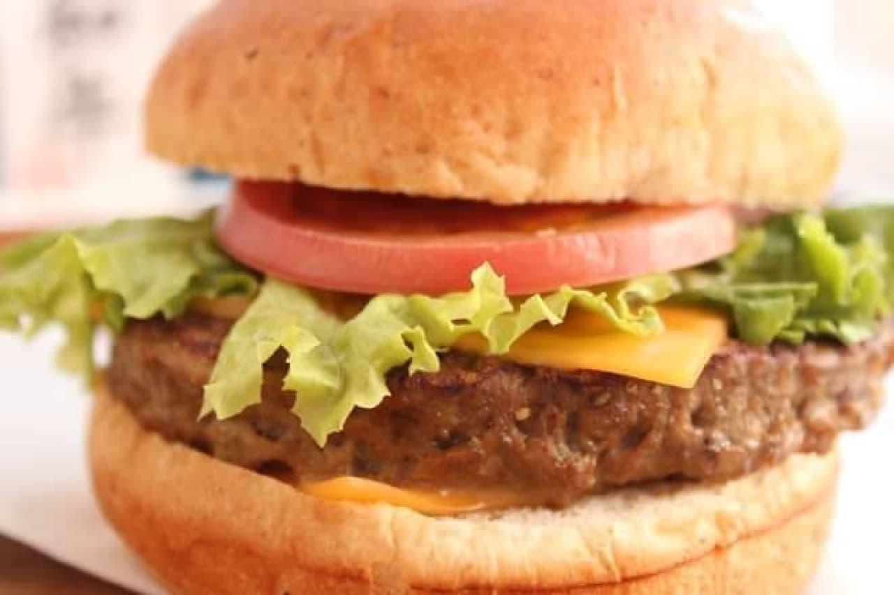 「発酵熟成肉 黒毛和牛チーズバーガー」は、発酵熟成肉 黒毛和牛バーガーに相性抜群のチェダーチーズがプラスされたバーガー