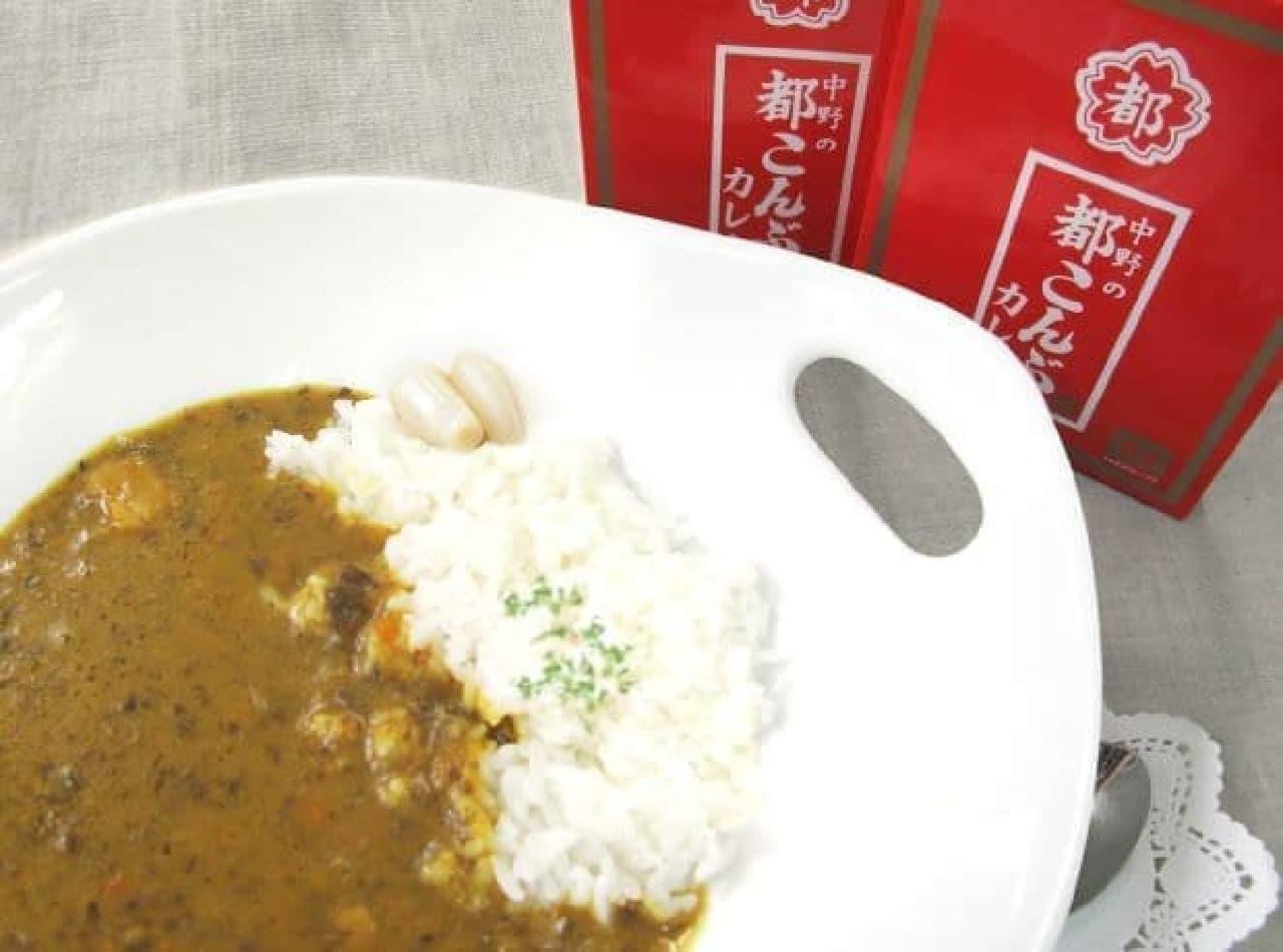 「都こんぶ入カレー(中辛)」は、ロングセラーおやつである「都こんぶ」が使用されたカレー