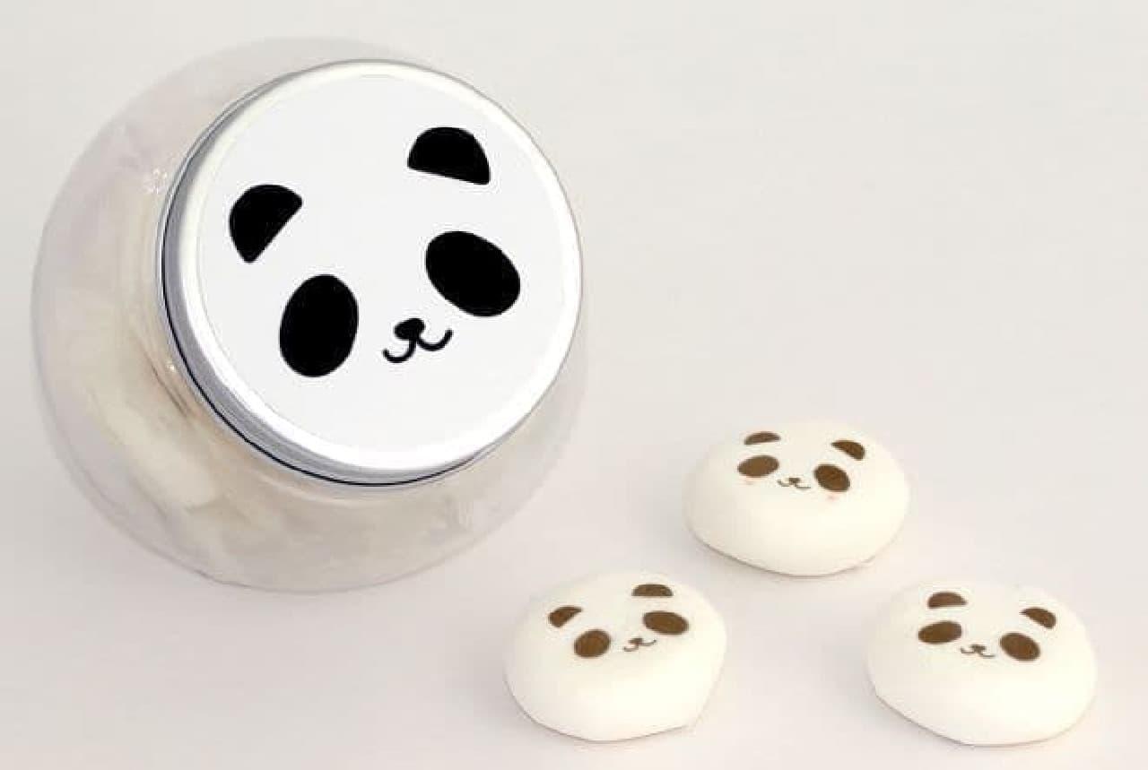 パンダマシュマロは、パンダ顔のフタがついた丸い容器にパンダマシュマロが6粒入ったセット