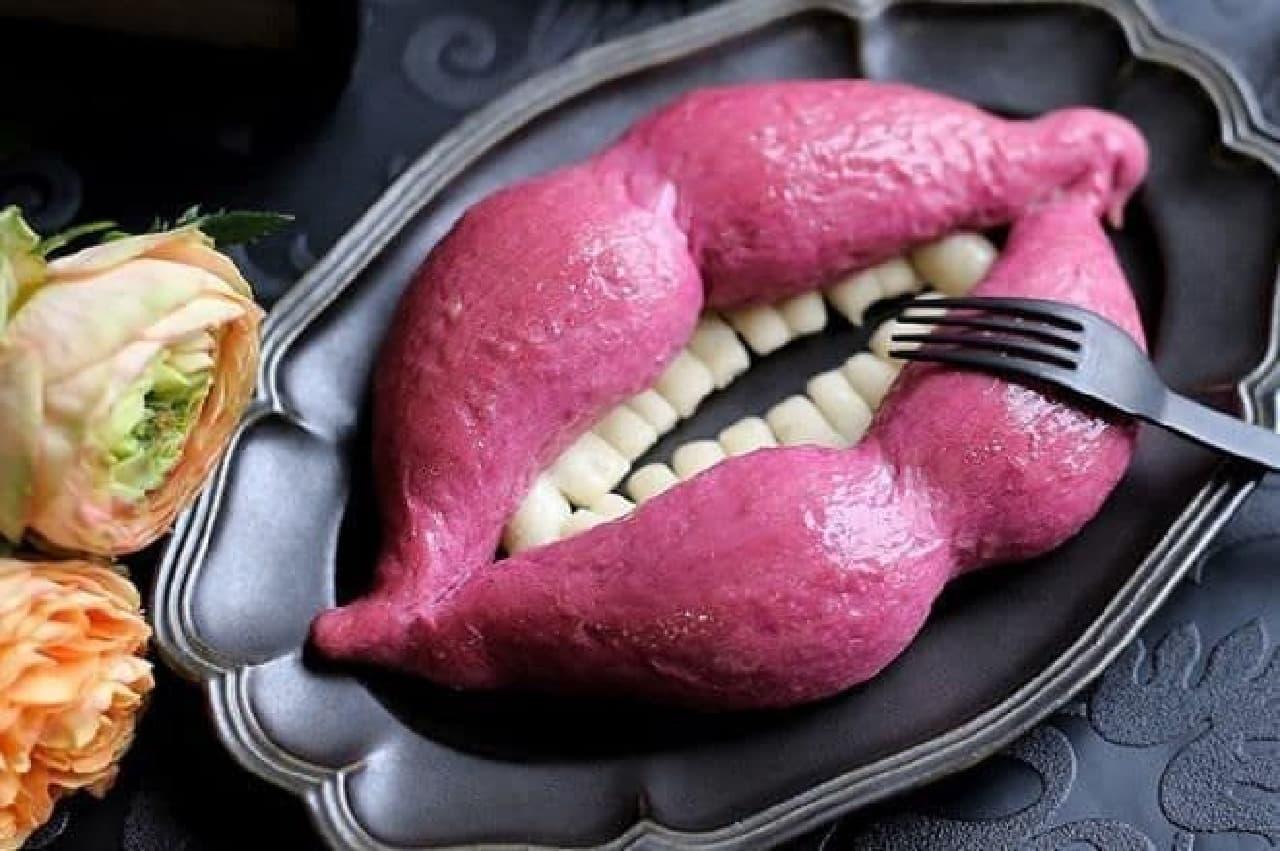 「魔女のくちづけ」は、魔女の口をイメージした紫芋風味パン