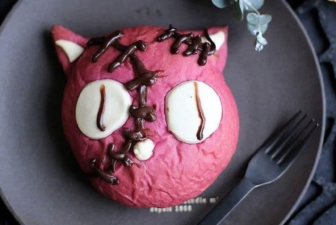 「ホラーキャット」は、ちょっぴりホラーな猫をイメージしたチョコクリームパン