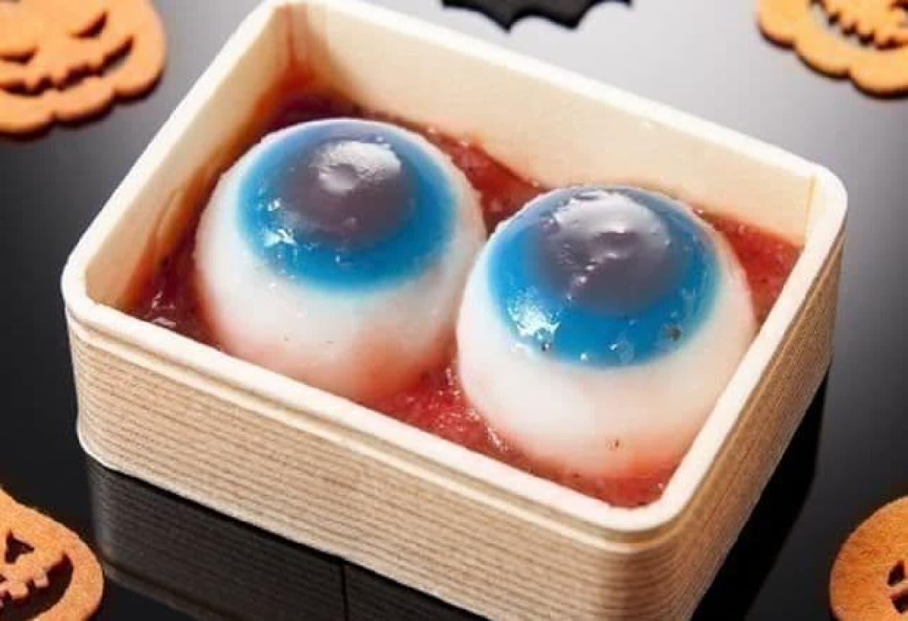 「目玉の水まんじゅう」は、目玉をモチーフに伝統的な和菓子「水饅頭」をアレンジしたお菓子