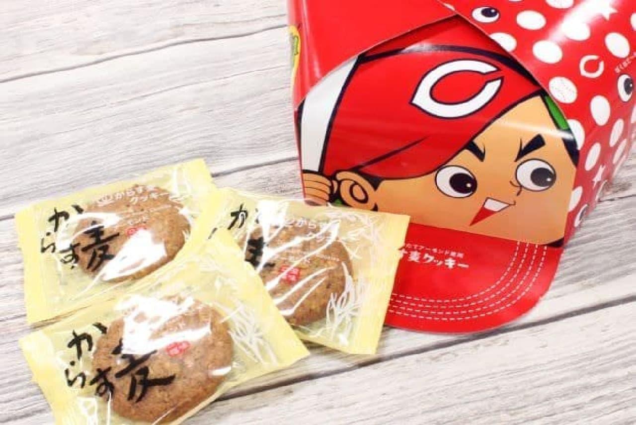 「カープ帽からす麦のクッキー」は、紙製の帽子パッケージの中にからす麦のクッキーが入ったセット