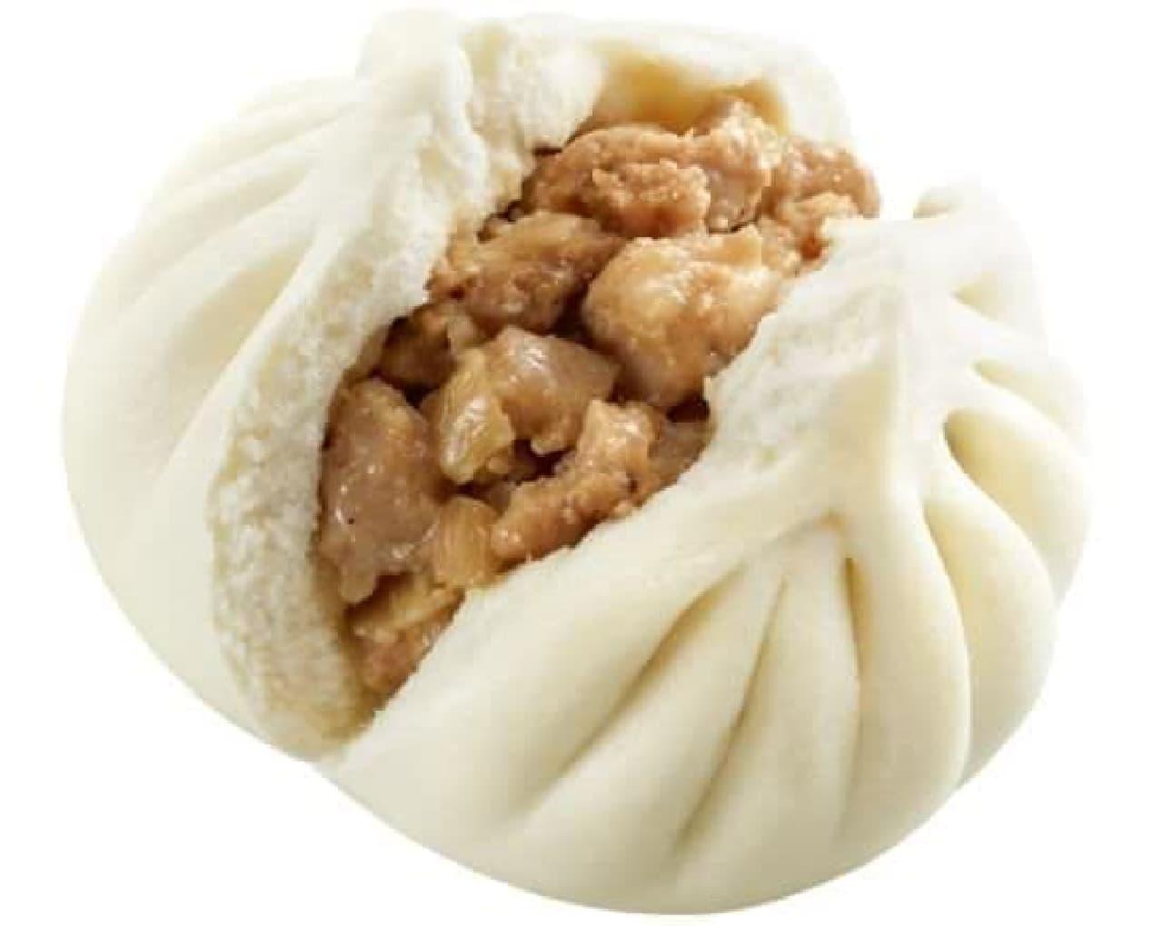「極旨肉まん」は、昨年より大きくカットされた豚バラ肉と豚モモ肉のミンチを手包みで包み込んだボリュームのある中華まん