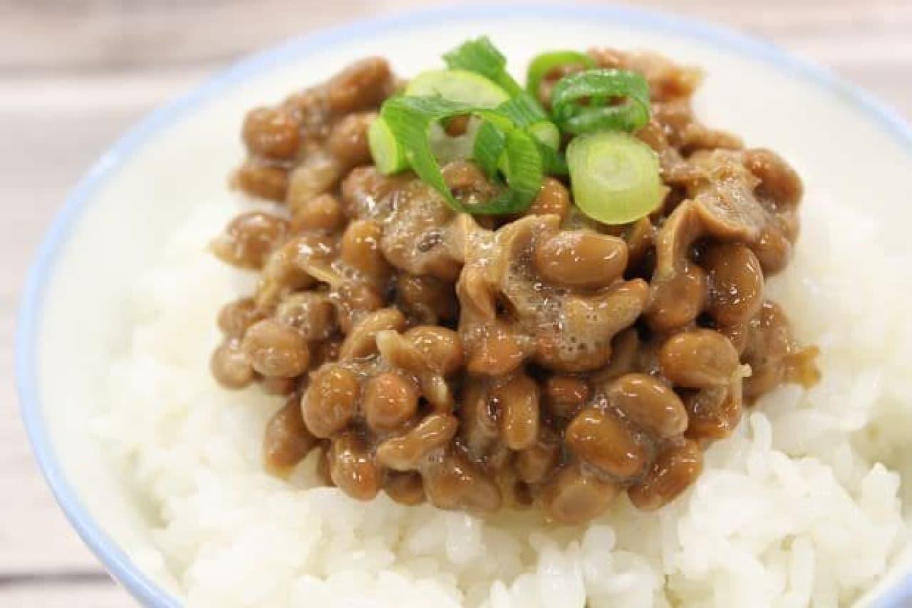 納豆ご飯に薬味をのせたもの