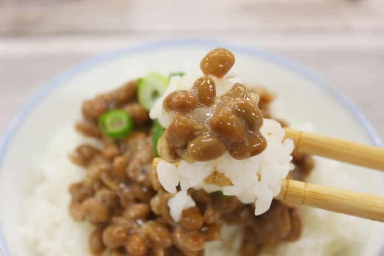 納豆ご飯を食べる様子