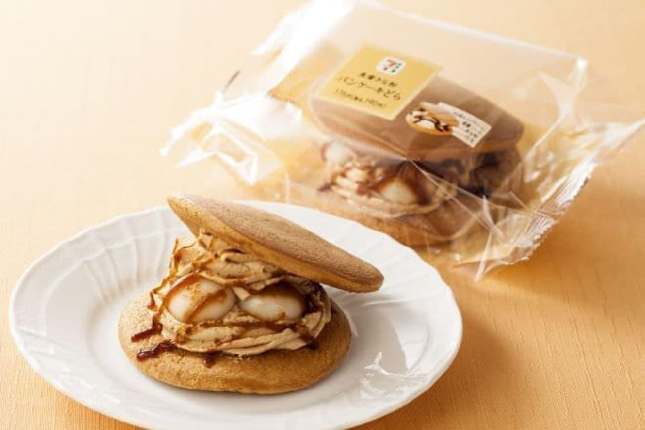 「黒蜜きな粉パンケーキどら」は、セブン-イレブンの専用工場で製造された和洋折衷の洋風どら焼き