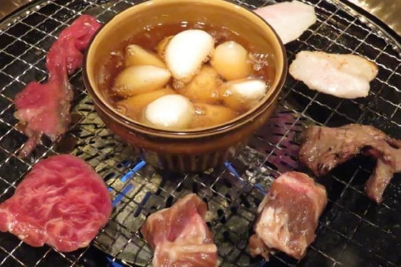 高田馬場「げんかや」で肉を焼く様子
